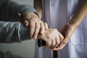 خدمة نقل كبار السن - المسعف الأول